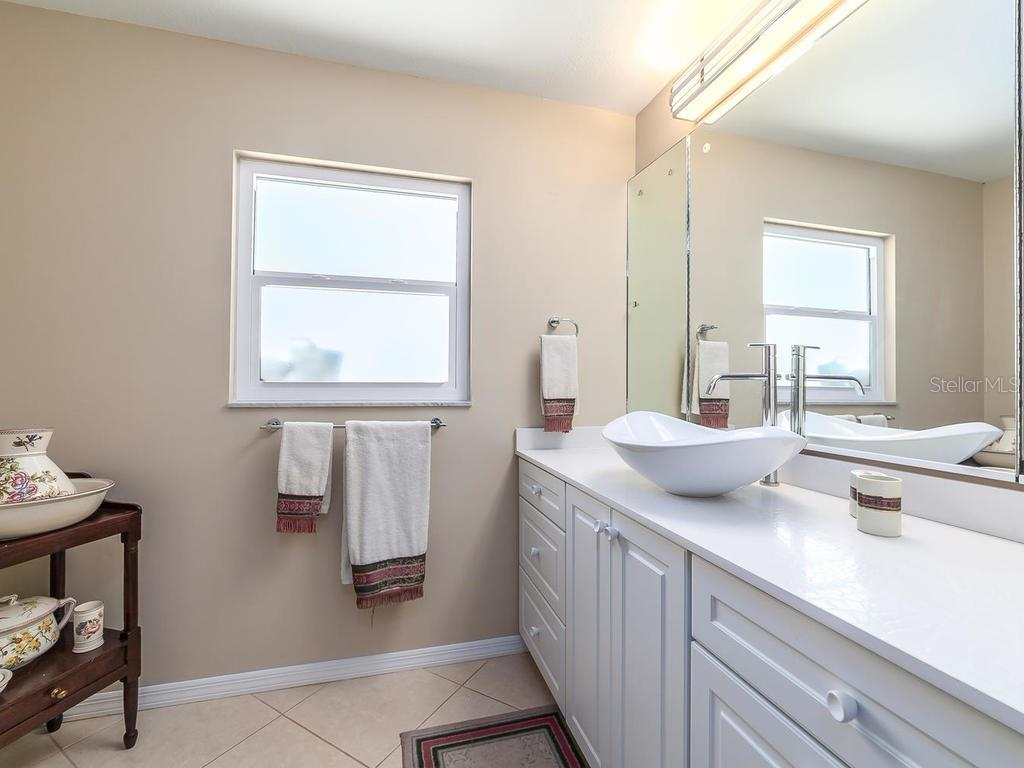 Bedroom 3 of 3 with en suite bathroom - Single Family Home for sale at 551 Putting Green Ln, Longboat Key, FL 34228 - MLS Number is A4183977