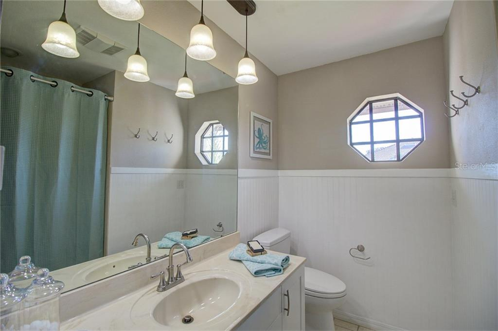 Full Guest Bath off Living Room - Single Family Home for sale at 1087 Hoover Cir, Nokomis, FL 34275 - MLS Number is A4201722