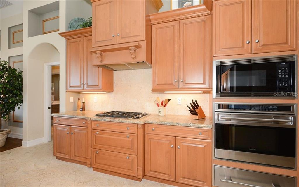 Gas Range. Warming Oven. - Single Family Home for sale at 2522 Tom Morris Dr, Sarasota, FL 34240 - MLS Number is A4423908