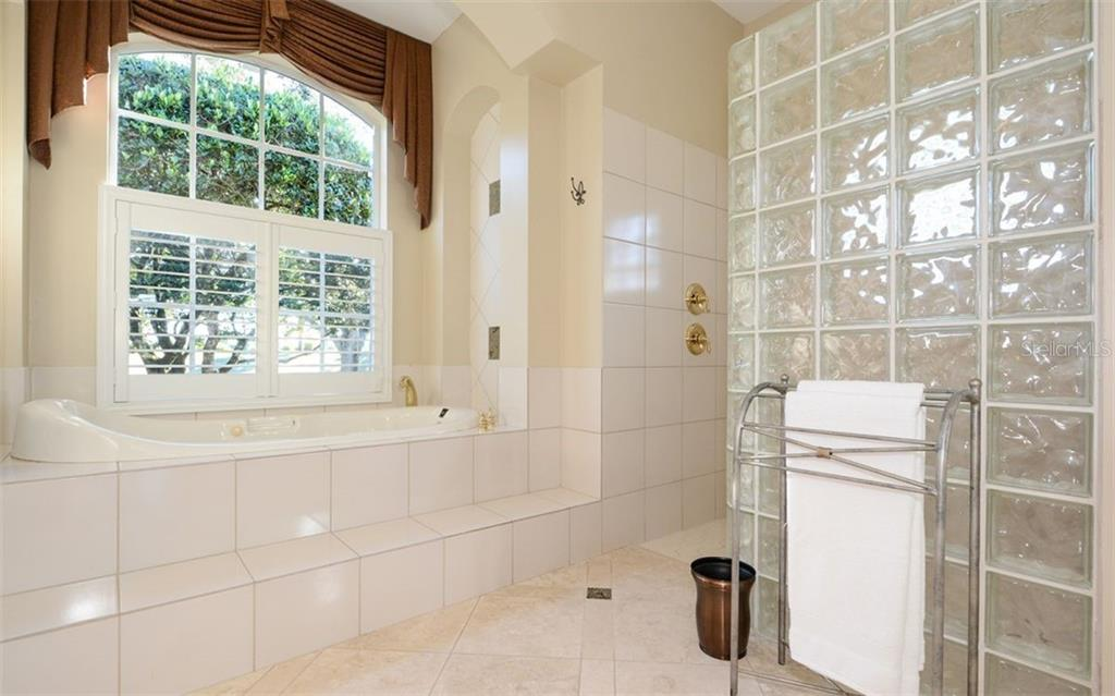 Master Bath. Jetted Tub. Large walk-in Shower - Single Family Home for sale at 2522 Tom Morris Dr, Sarasota, FL 34240 - MLS Number is A4423908