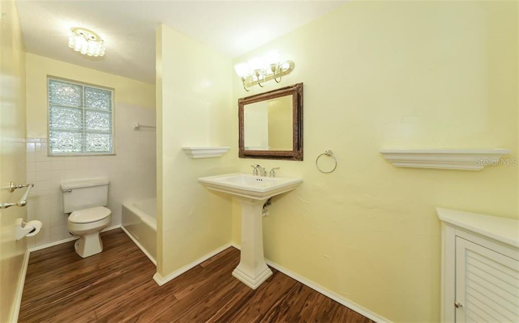 Updated Master Bathroom - Single Family Home for sale at 310 Bayview Pkwy, Nokomis, FL 34275 - MLS Number is A4430065