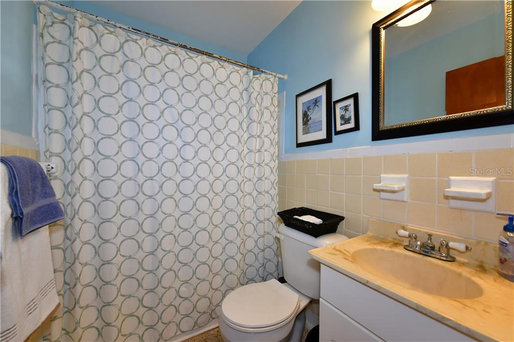 Main bathroom, tub and shower combo - Single Family Home for sale at 2703 Trinidad St, Sarasota, FL 34231 - MLS Number is A4460680
