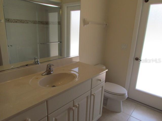 Pool bath. - Single Family Home for sale at 101 Valencia Lakes Dr, Venice, FL 34292 - MLS Number is N6106588