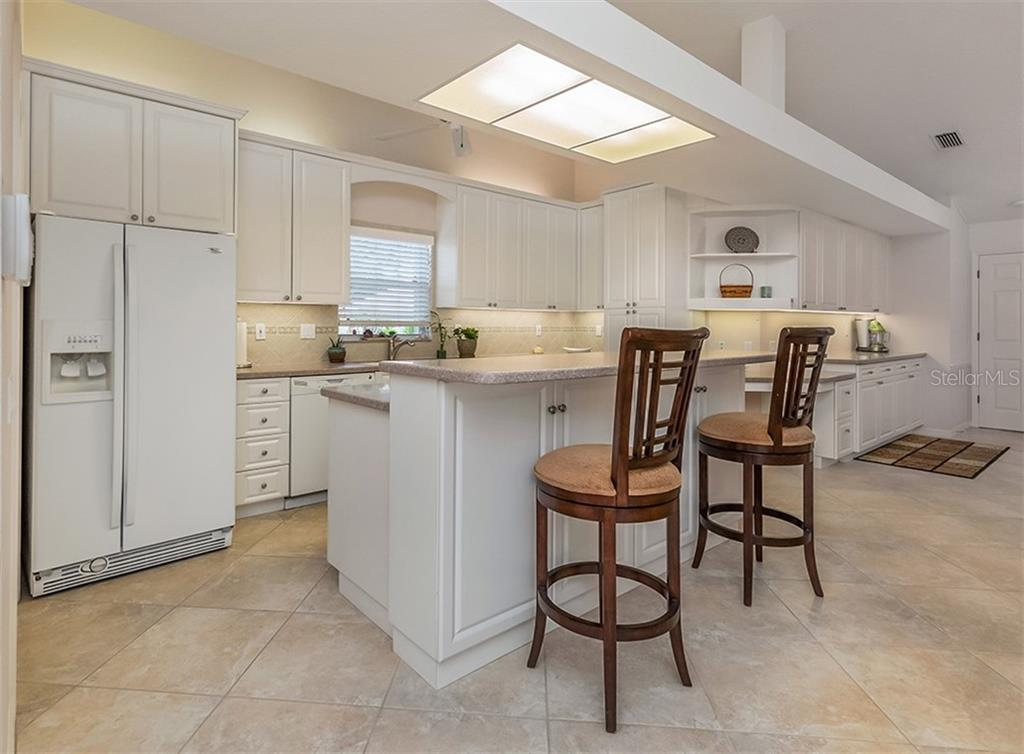 Breakfast bar, kitchen - Single Family Home for sale at 521 Waterwood Ln, Venice, FL 34293 - MLS Number is N6107048