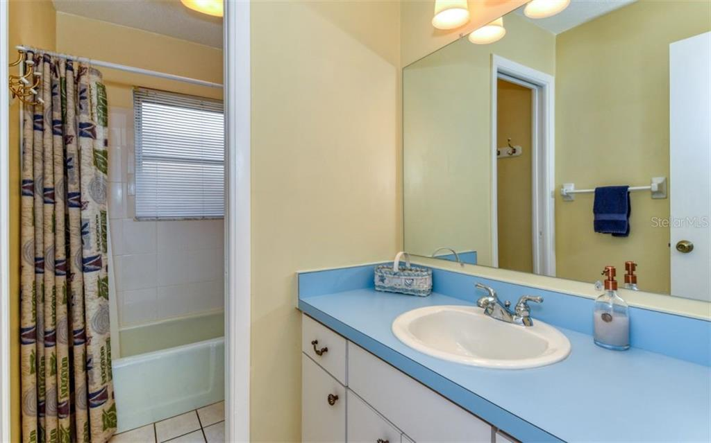 Bathroom - Single Family Home for sale at 404 Gulf Breeze Blvd, Venice, FL 34293 - MLS Number is N6110481