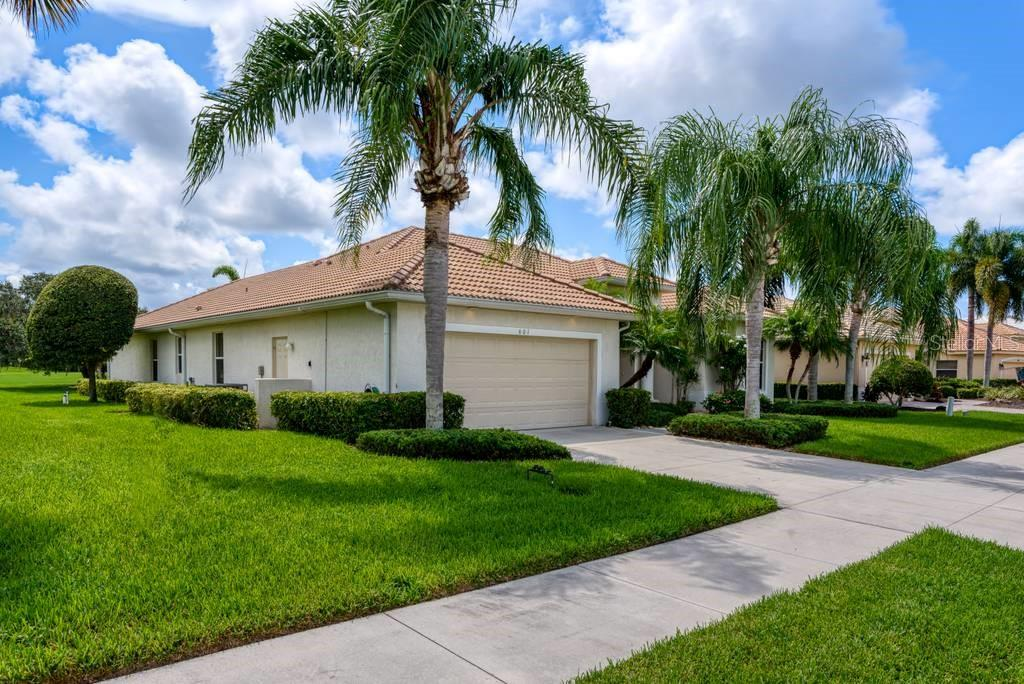 Exterior view, large side lot line, on a cul-de-sac - Single Family Home for sale at 601 Cockatoo Cir, Venice, FL 34285 - MLS Number is N6111658