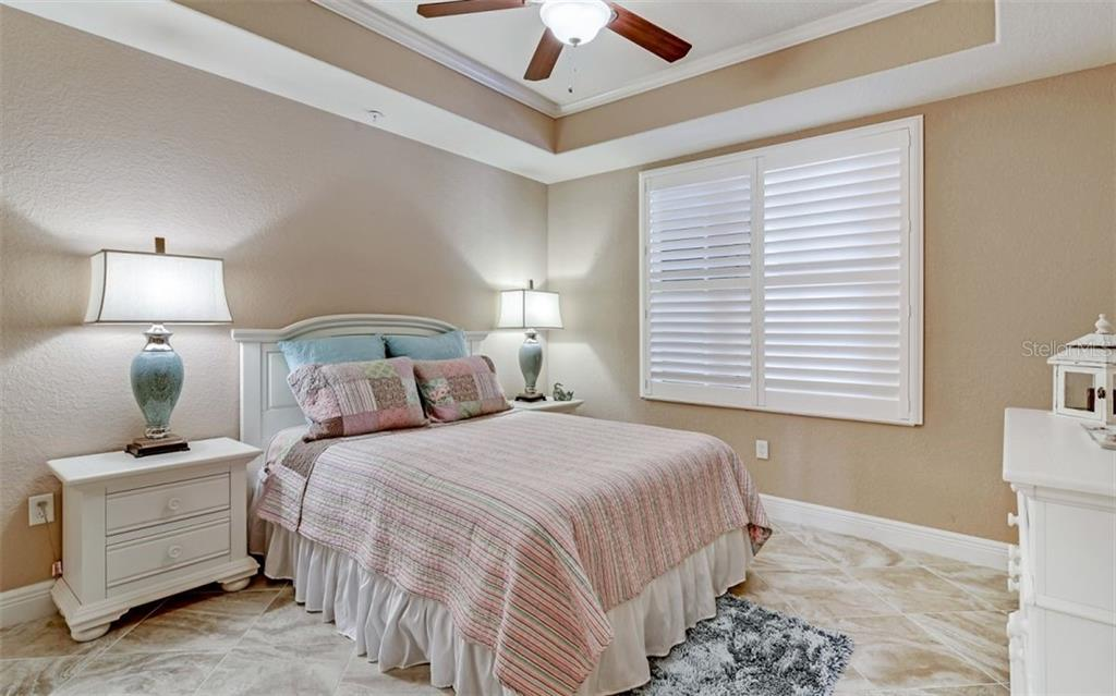 Guest bedroom with tray ceiling - Condo for sale at 167 Tampa Ave E #313, Venice, FL 34285 - MLS Number is N6112536