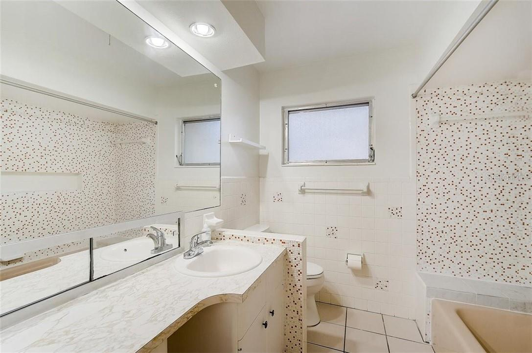 Master bathroom - Single Family Home for sale at 552 Sheridan Dr, Venice, FL 34293 - MLS Number is N6114525