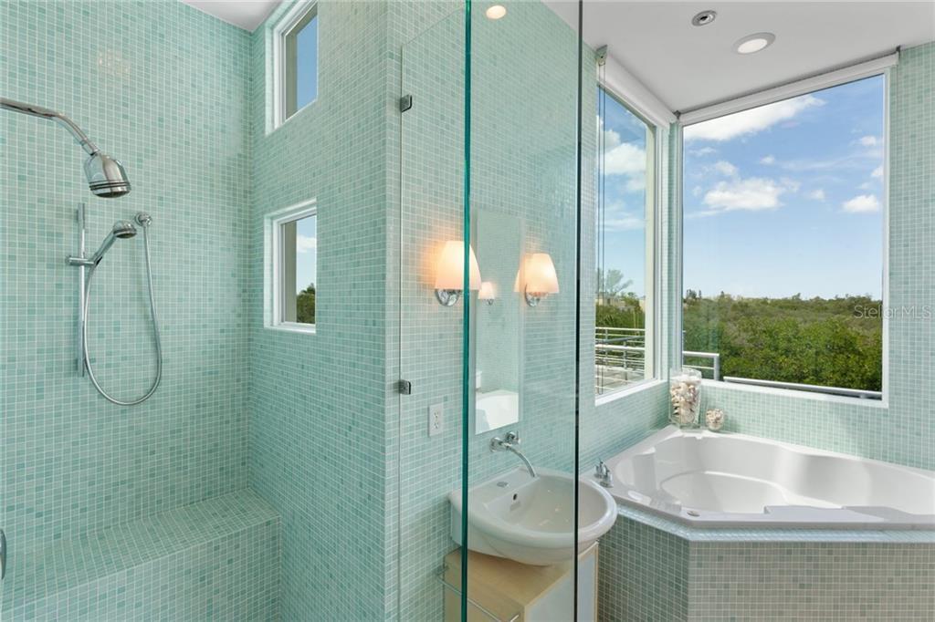 Additional photo for property listing at 687 Jungle Queen Way 687 Jungle Queen Way Longboat Key, Florida,34228 Estados Unidos